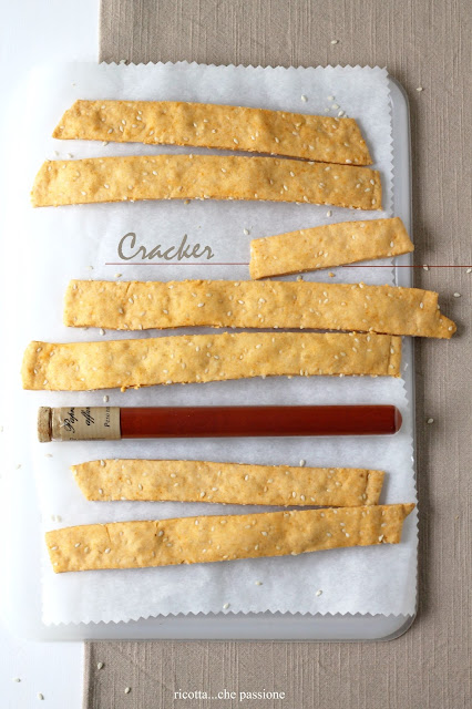 cracker con paprika affumicata e semi di sesamo
