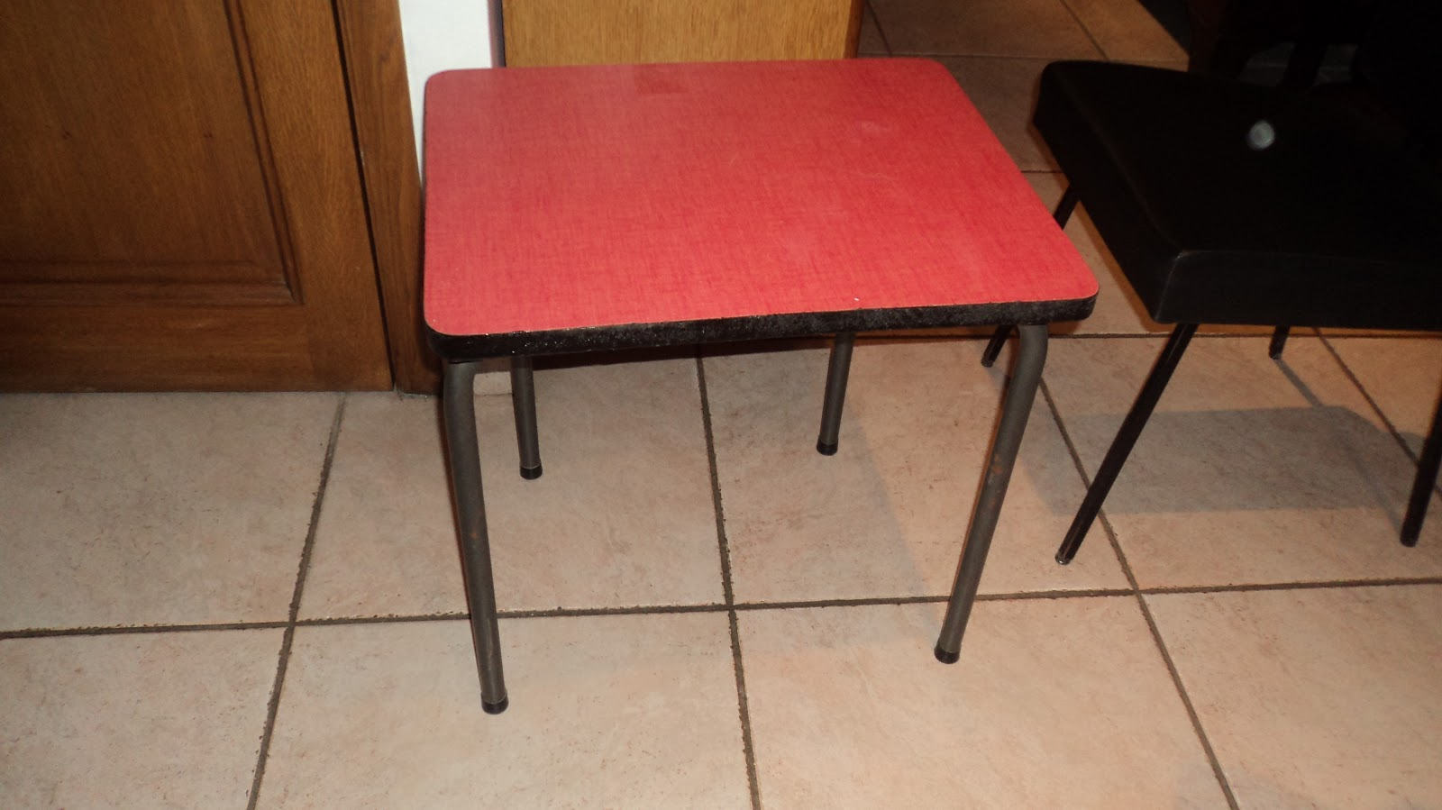 lucie la chineuse petite table en formica rouge. Black Bedroom Furniture Sets. Home Design Ideas