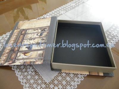 Interior de caja libro realizada en cartonaje