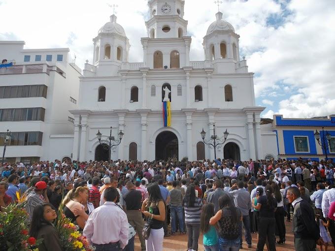 En Málaga, multitudinario acompañamiento en sepelio de víctimas del accidente aéreo
