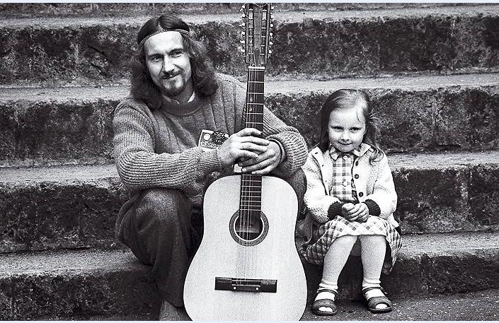 Valdis Atāls ar ģitāru un meitiņu pirmajā Cēsu folkfestivālā 1980. gados
