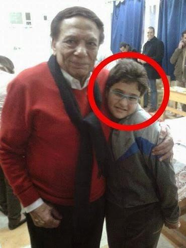 هل تعرفون من يكون هذا الطفل الذي يقف بجوار الفنان عادل امام ؟؟؟