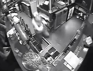 en españa hombre cae por un hoyo agujero en el piso de un bar