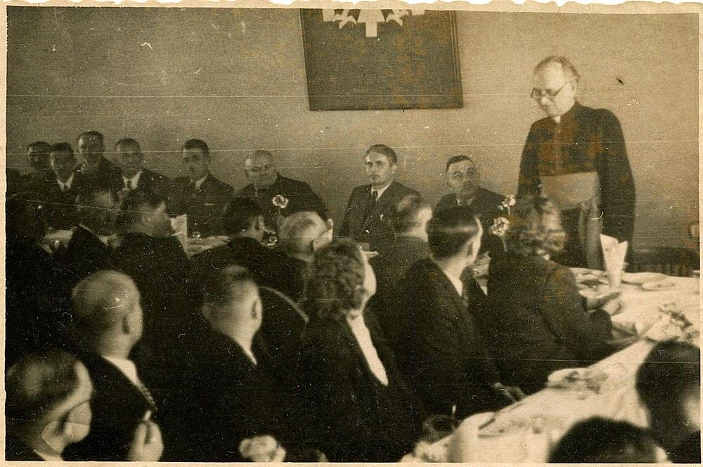 Podpis na fotografii: ks. prob. Antoni Ręczajski przemawia na zebraniu w Pr. PRN [Prezydium Powiatowej Rady Narodowej] Końskie 1945 r. Foto w zbiorach KW.