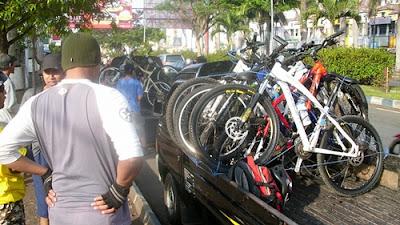 Loading sepeda peserta FPN dari Taman Krida (Kota Malang) menuju Coban Rondo (Kab. Malang)