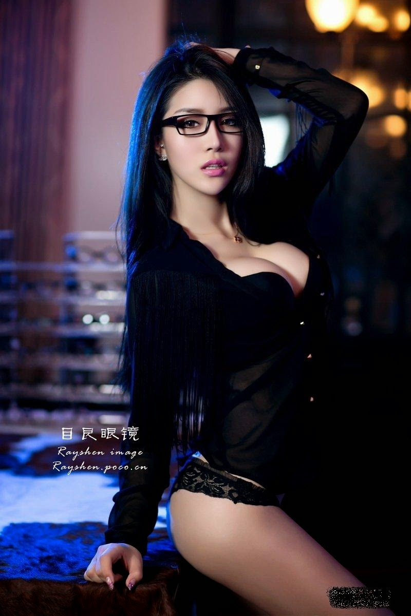 Big wave beauty black side glasses show coquettish lingerie