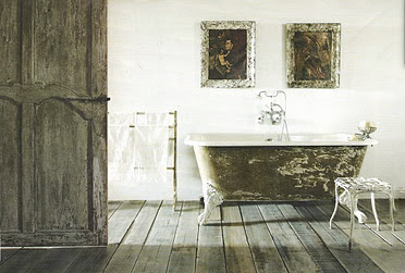 Bathing room image via Côté Maison as seen on linenandlavender.net