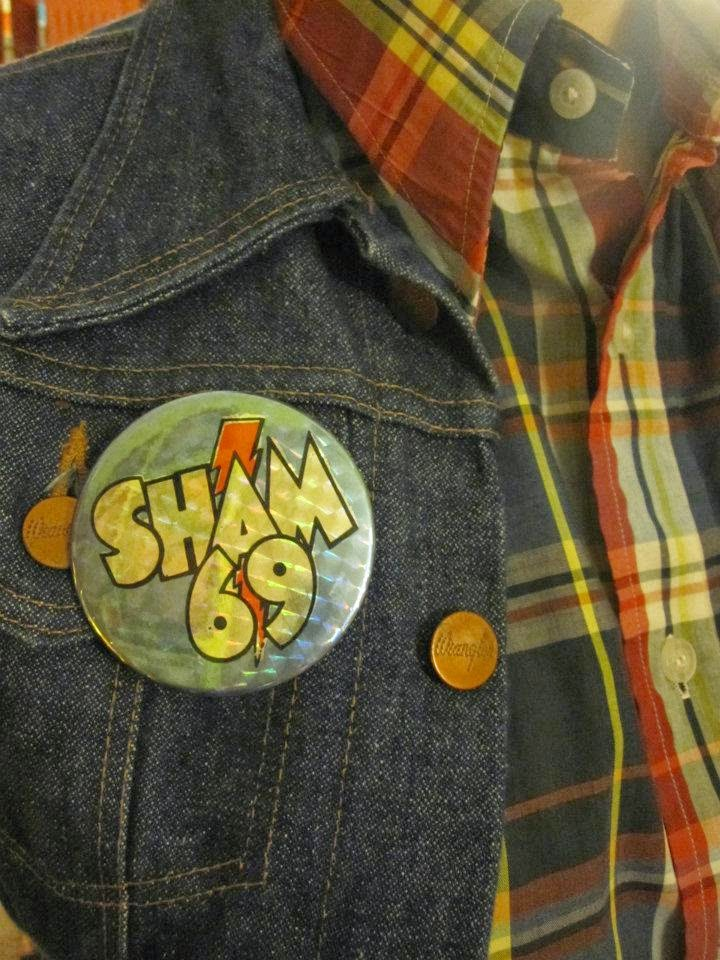 Sham 69 jimmy pursey badge pin pinback button red white blue rooster the sweet glam rock cow torch flashlight olympic games zipper Straight Razor barber shave jeux olympiques lampe de poche fermeture eclair rasoir coq vintage 1950 50s 1960 60s 1970 70s 1980 80s brooch