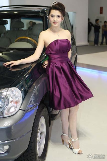 Foto Hot SPG Mobil Bening, Mulus dan Montok