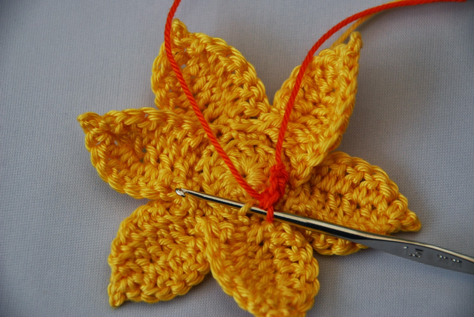 Crochet Daffodil pattern and tutorial: image of loops for trumpet section