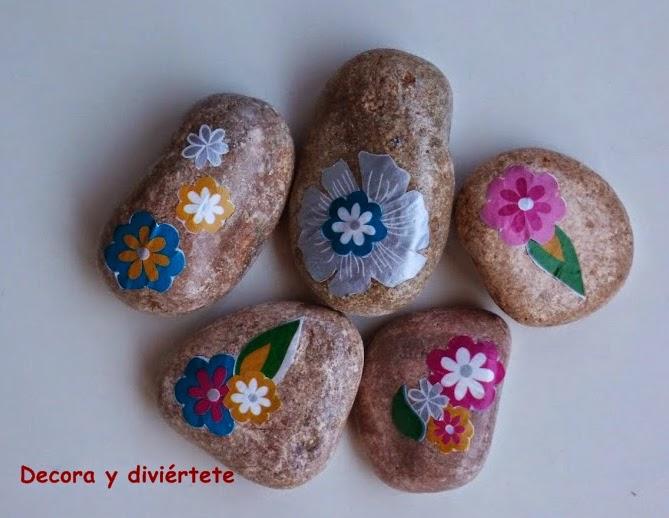 Decorar unas piedras con decoupage decora y divi rtete - Decorar piedras de rio ...