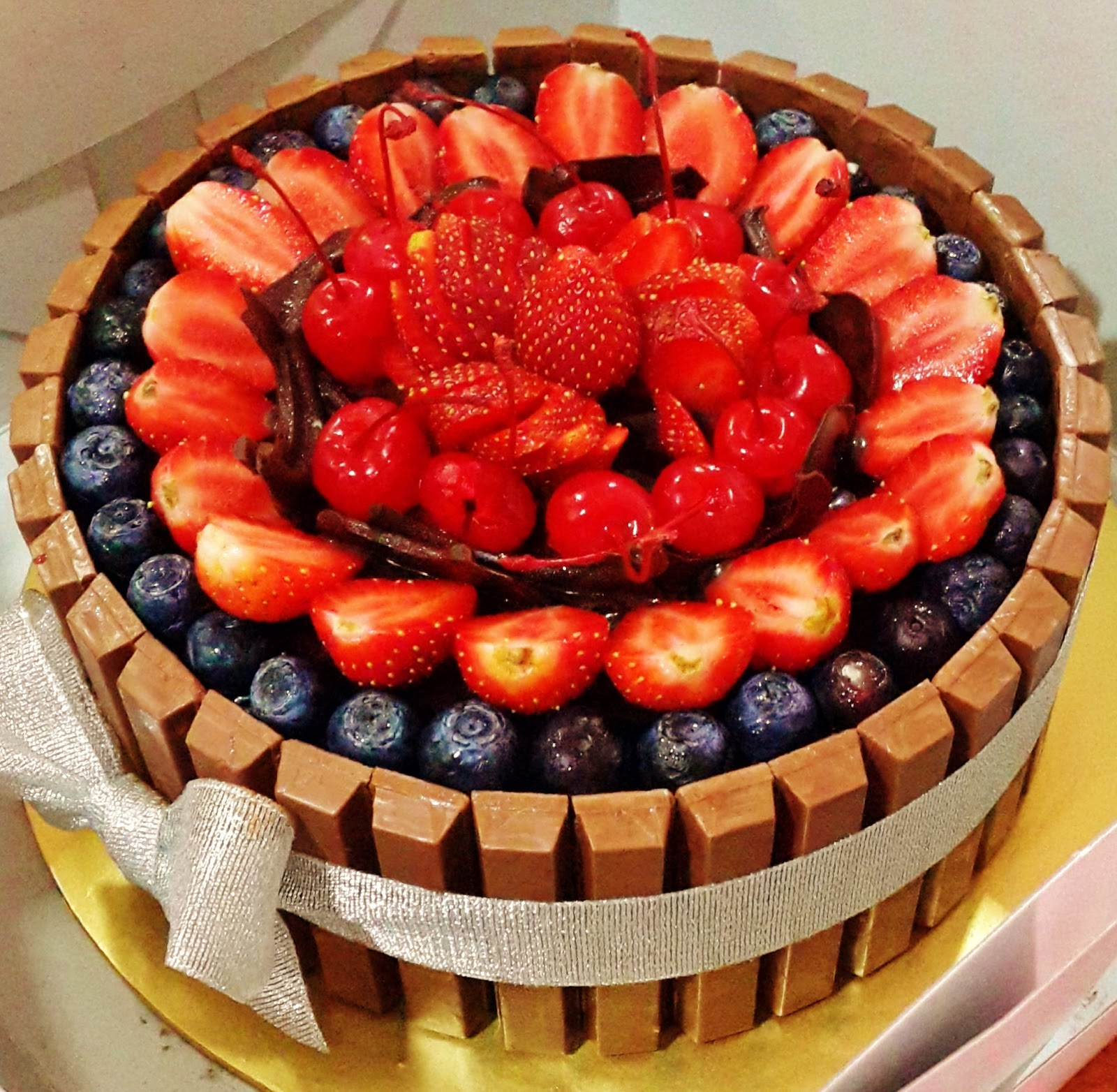 How To Make A Kit Kat Cake With Strawberries