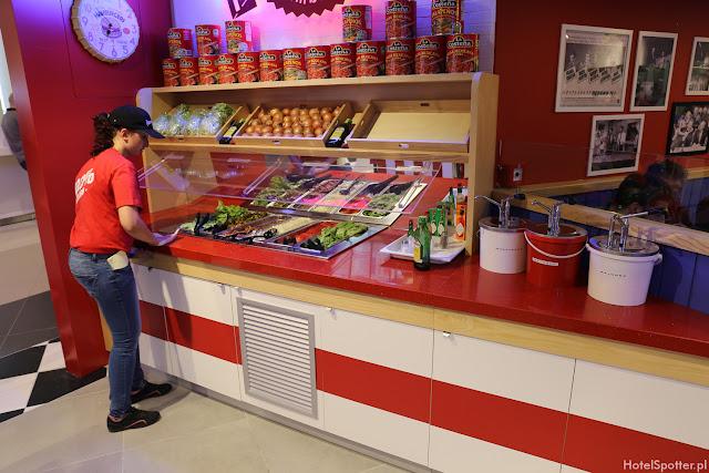 Amerykanska restauracja Fuddruckers Warszawa - bar salatkowy