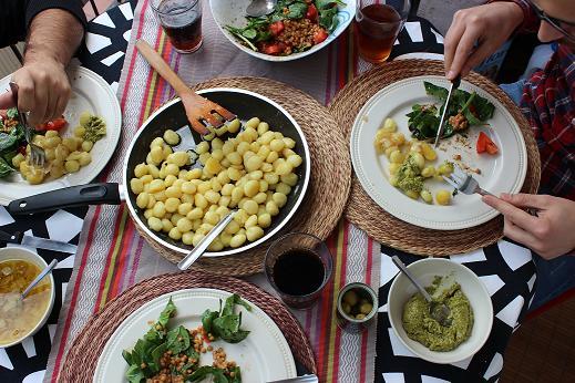 gnocchis con cebolla pesto y ensalada mediterranea