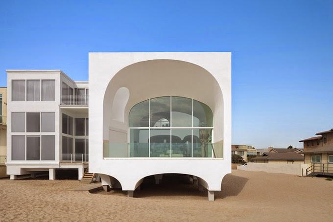 Beach house - это совместная работа нескольких архитекторов из архитектурного бюро Johnston Marklee. Дом достаточно необычный и скорее всего футуристический, хотя внутри классическое оформление, вполне демократично и практично как для пляжного дома. Расположен дом на одном из пляжей калифорнийского побережья - Окснард / США Приятного отдыха!