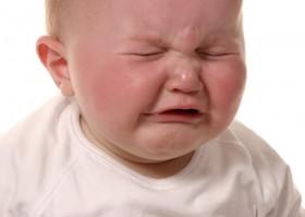 Anak kecil menagis karena susah BAB