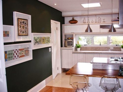 quadros com ladrilhos na parede da cozinha
