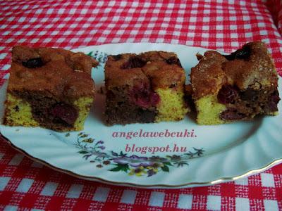 Tarka meggyes sütemény, kevert tésztás süti, kukorica- és réteslisztből, étcsokival és darabolt dióval, fahéjas cukorral a tetején.
