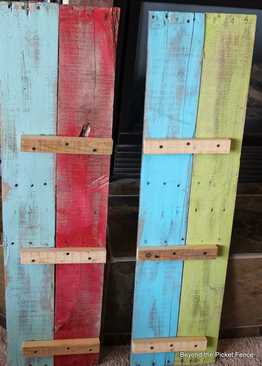 pallet shelf tutorial http://bec4-beyondthepicketfence.blogspot.com/2014/03/pallet-shelf-tutorial.html