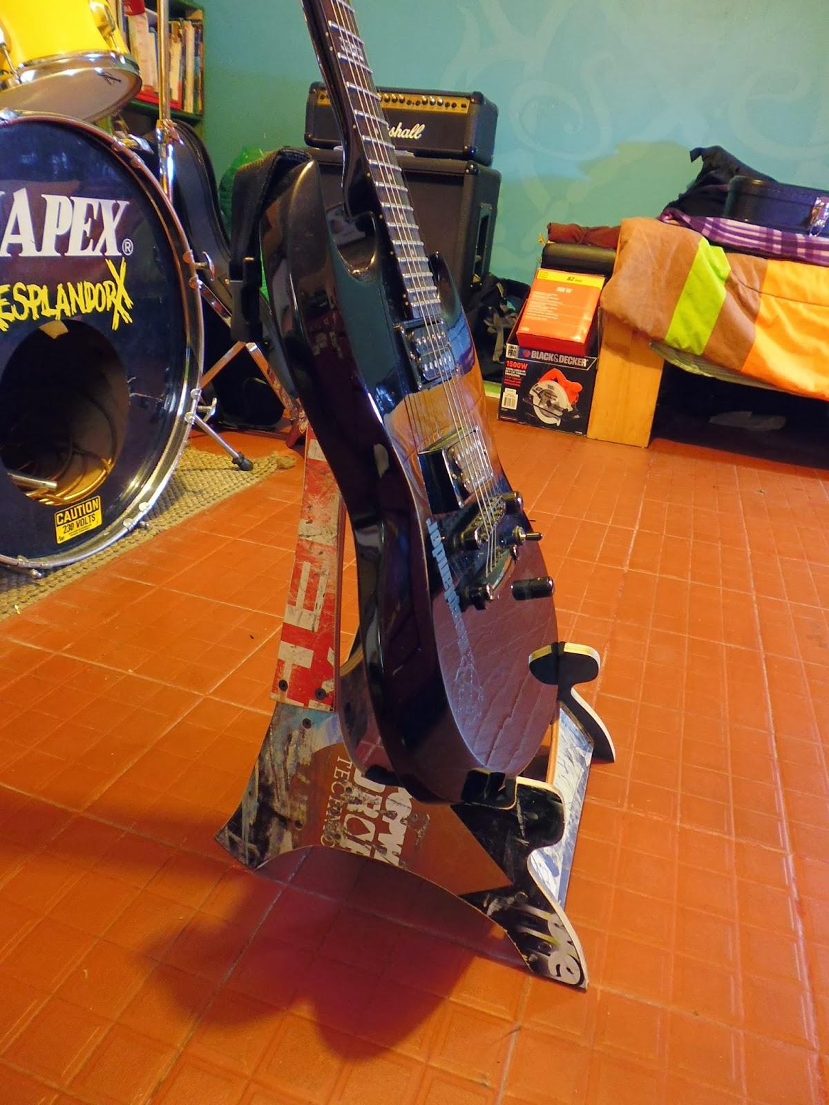 Atril para guitarra diy y calaveras hechas con tablas de skateboards reciclados - Atril decoracion ...