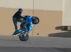 motoqueiros malucos empinando motos