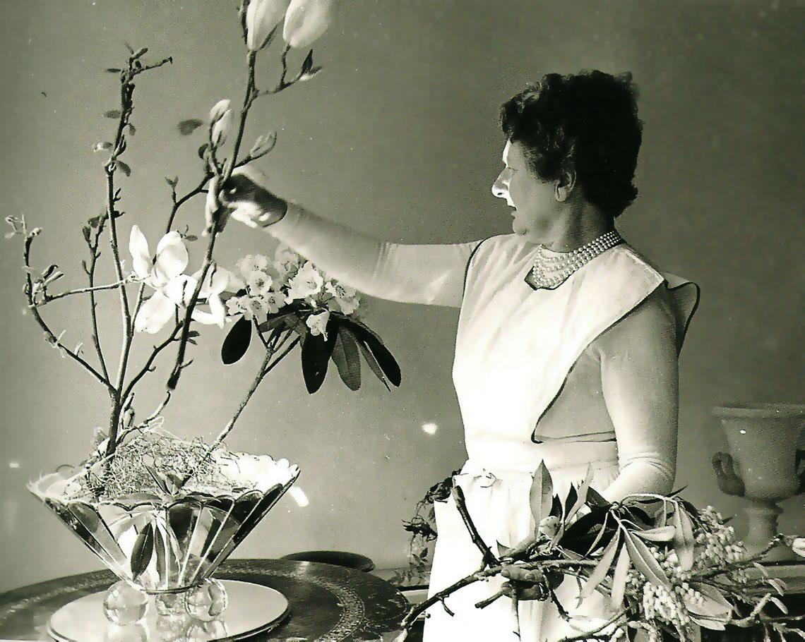 http://4.bp.blogspot.com/-VLpRTZCTt-Q/UAfBU_o8D0I/AAAAAAAAy_s/-6UOG_o_Q7Q/s1600/Cecil+Beaton+-+Dress+by+Schiaperelli,+flowers+by+Constance+Spry.jpg