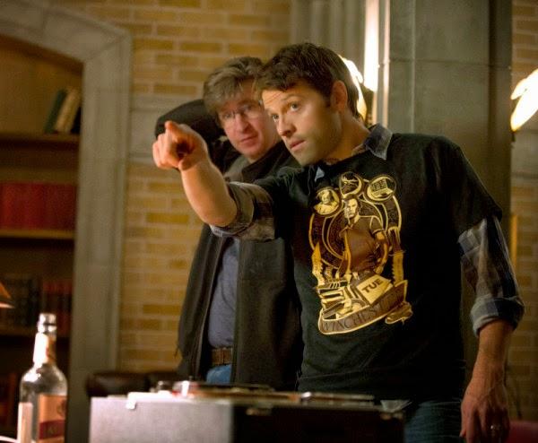 Misha Collins nos bastidores de Supernatural trabalhando como diretor