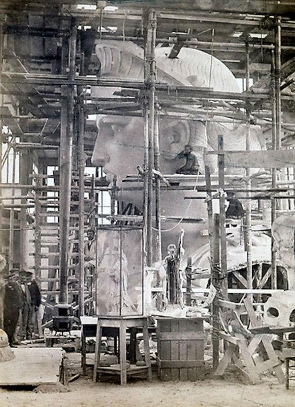 تمثال الحرية كان في الأصل لفلاحة مصرية!.. 08-Incredible-Photos-Statue-Liberty-Being-Constructed-Paris