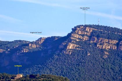 Zoom vers les muntanyes del nord-oest on destaca el cim del Cap dels Plans. En primer terme la masia de La Maçana situada dins l'enclavament de Comesposades del terme de Montmajor
