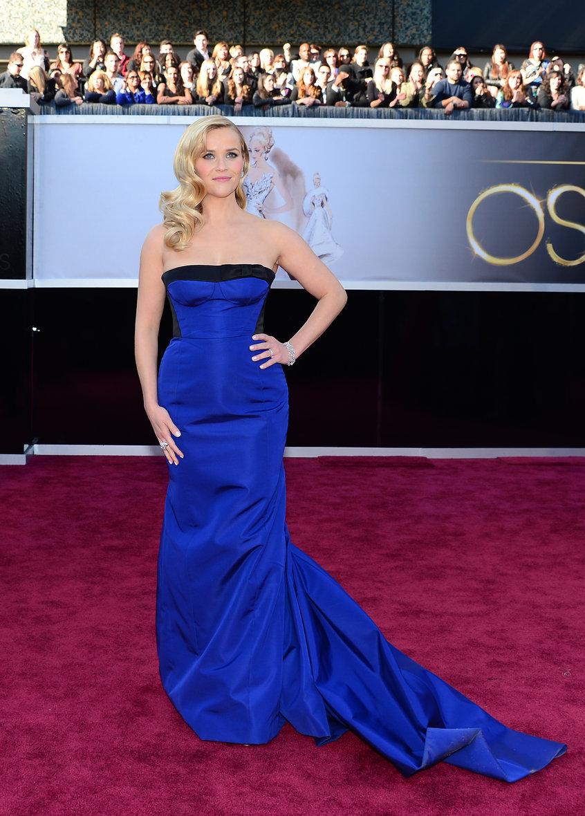 Maquillage avec une robe bleu roi