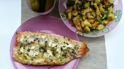 Łosoś z niebieskim serem pleśniowym i ziemniaczkami