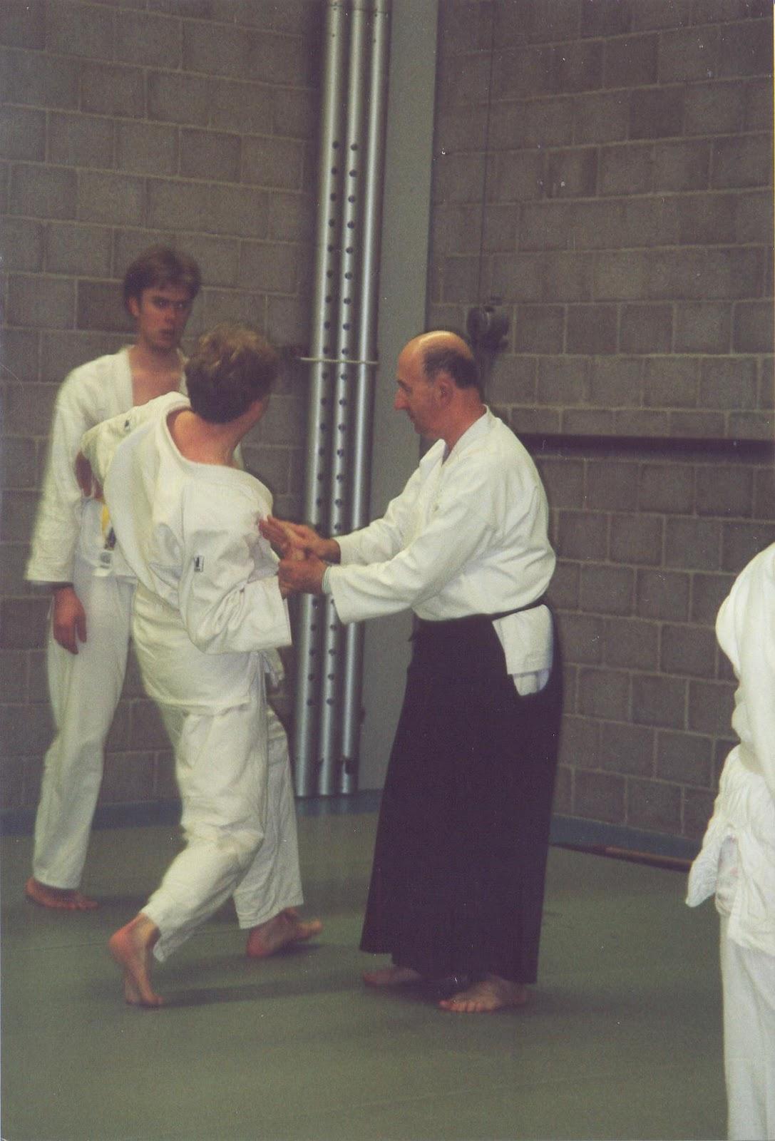 Alan ruddock demonstreert kote gaeshi tijdens seminar in leiden