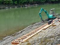 保津峡下りの嵐山船着場も壊れて工事だった。