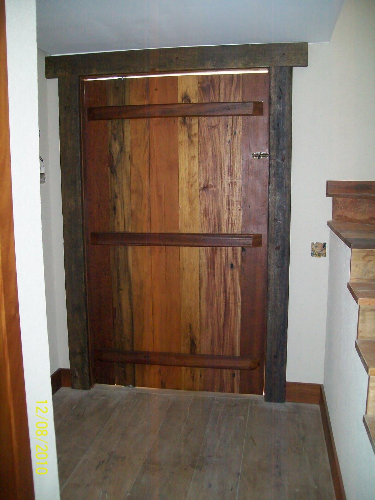#986533  Eduardo Mourão: portal e porta feita com madeira de demolição 4990 Janela De Aluminio Com Porta De Madeira