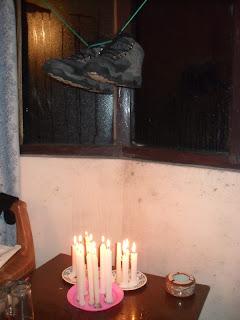 сушим ботинки над свечками