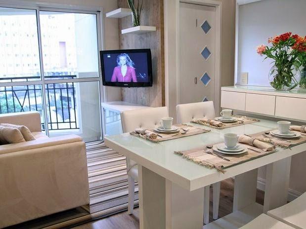 Salas De Tv Em Apartamento ~ um espelho ao lado da mesade jantar, criando assim, a ilusão de