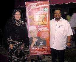 MERAIKAN JUARA LAGU 1990 & 1995 AISHAH ARIFIN SERAH BORANG PAS KEPADA TOK GURU NIK AZIZ 11 MEI 2012