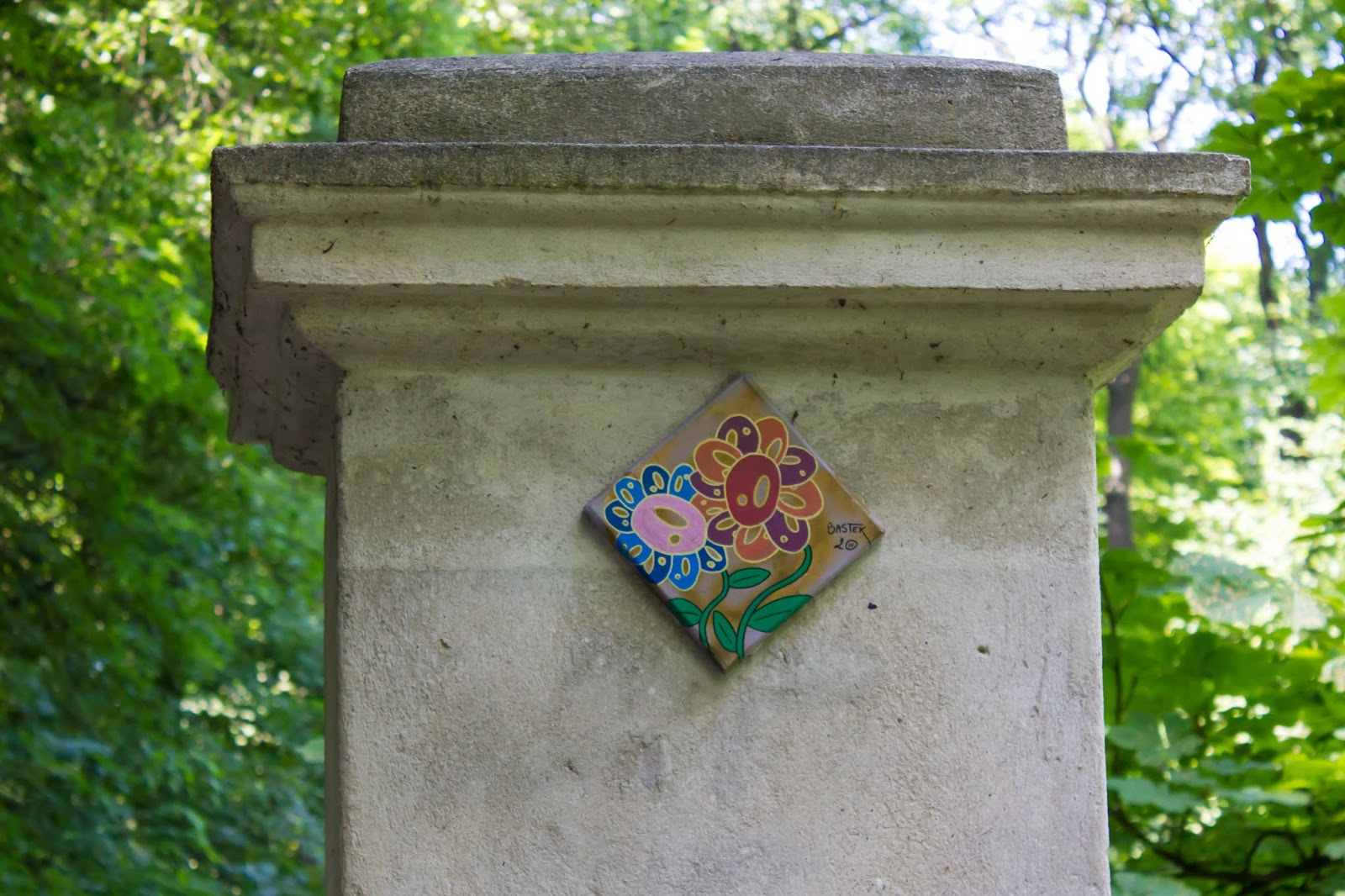 Прага, Чешская Республика, Цветы в стене