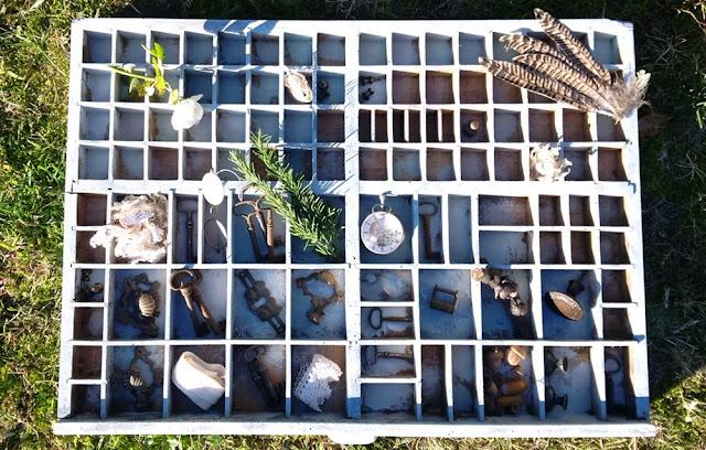 cassetto vecchio schedario riempito di oggetti