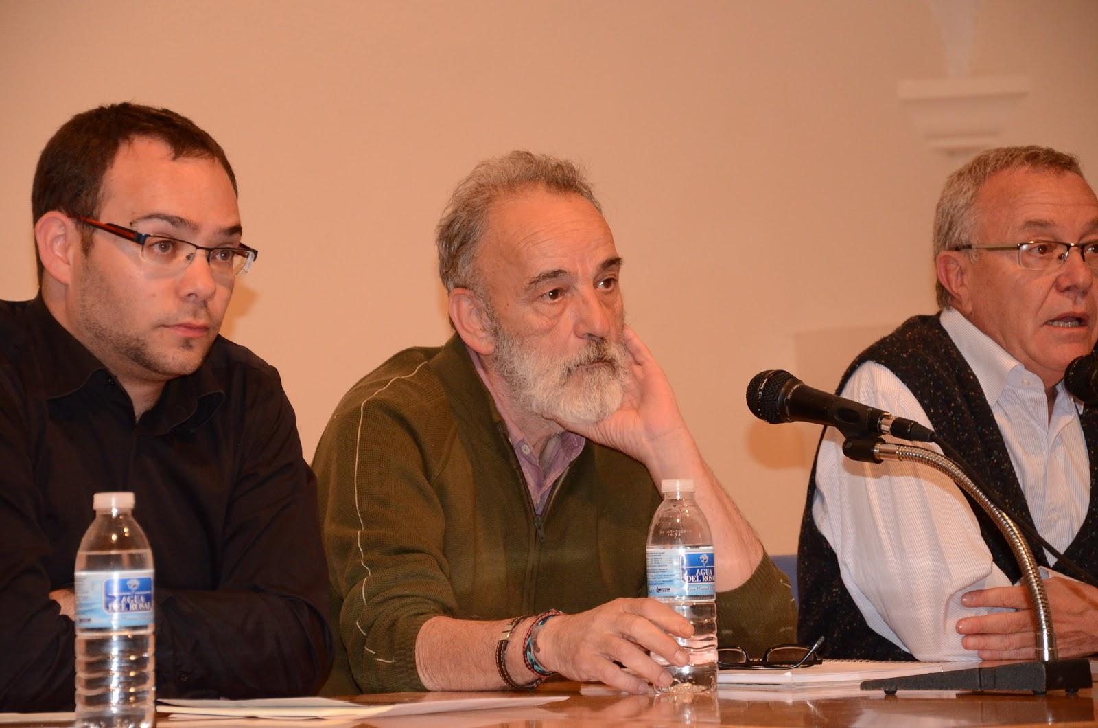 EL docrtor Luis Montes en el centrode cultura durante la conferencia
