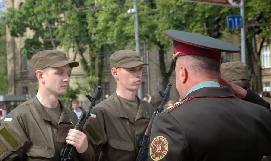 Фото Виталия Бабенко: напутствие генерала новобранцам