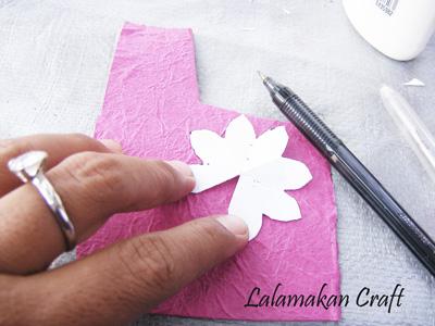 kertas perak pola bunga dari kertas pulpen pendedel dan gunting