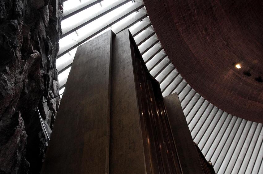 Foto mostrando a textura da parede à esquerda e um móvel ao meio