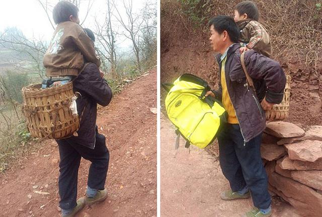 Padre camina llevando hijo escuela china