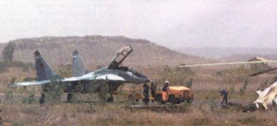 Mig-29 eritreu sendo rebocado.