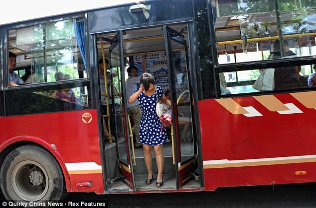 Cabeça presa na porta do ônibus