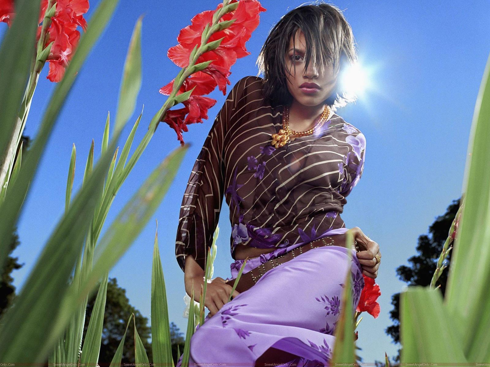 http://4.bp.blogspot.com/-VTGrw4eAd2E/Ta2IYA68YhI/AAAAAAAAGvc/KWUqD2MmIUM/s1600/rosario_dawson_beautiful_wallpaper.jpg