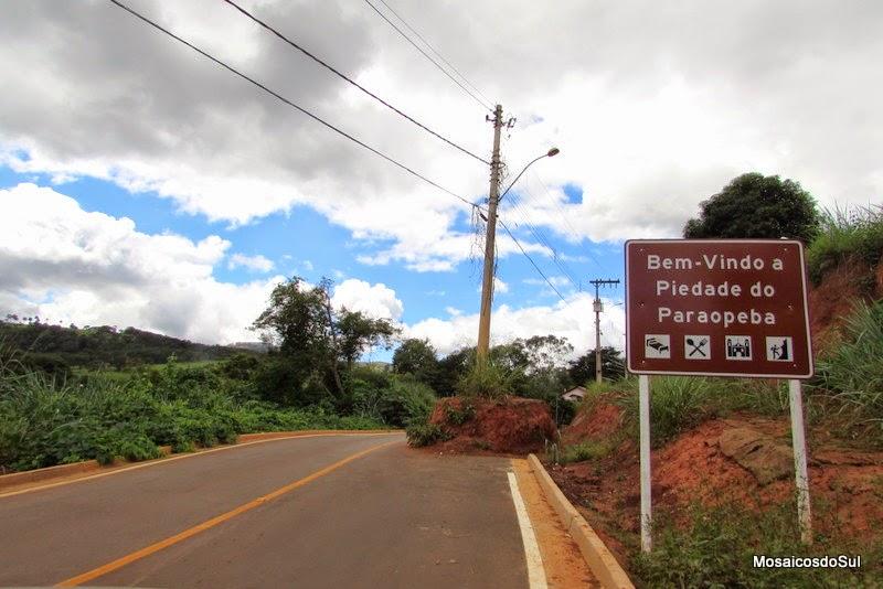 Foto de um poste no meio da estrada, na chegada à Piedade do Paraopeba