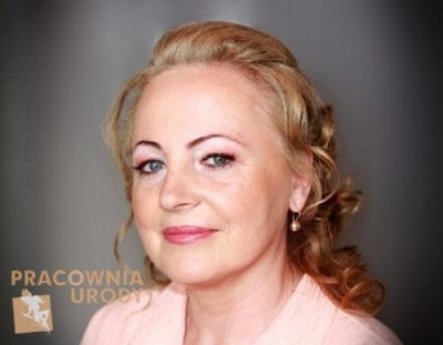 delikatny makijaż dla kobiety dojrzałej, lekki makeup dla cery dojrzałej porady krok po kroku