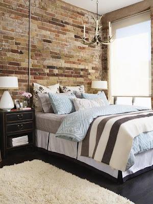 dormitorio con paredes de ladrillos